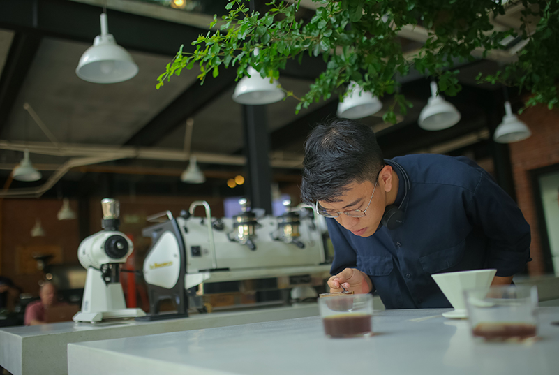 Tìm thấy cội nguồn trong cách thưởng thức cà phê trọn ven